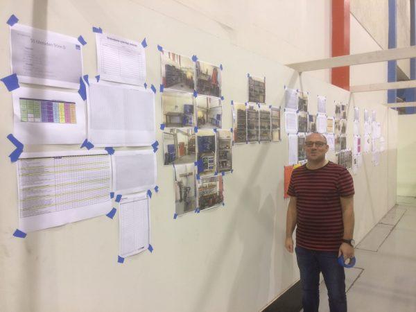 Lars Kåre visualiserer stolt frem alle trinnene i 5S arbeidet på veggen.